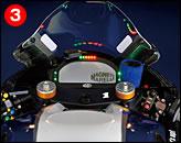 ③メーターにはマグネッティ・マレリのデジタルパネル。回転は3000~15000rpmがバーコード表示される