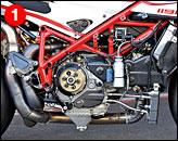 ①ベースマシンは1098R(実排気量は1198cc)で、ボア・ストロークは1198Sとも同じである。目視では、フレームに補強は入っていない。マフラーはテルミニョーニの2-1-2で、材質はチタンではなくステンレス。エアボックスはノーマルを流用し、燃料噴射装置もマニエッティ・マレリを使用する