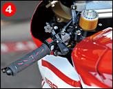 ④左グリップ部のダイヤルは、ブレーキレバーの位置調整用である