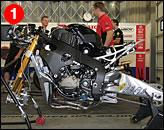 ①ホンダのエースチームとなるテン・ケイト・ホンダによるマシンはタコメーターを装備しない(Piリサーチ・ぺクテルの液晶パネルを装備するが、ウォーニングランプが順次点灯していく)など、独自のポリシーで開発されている