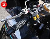 ②③左グリップにハンドブレーキも装備する。フロントカウルはノーマルと同形状にデザインされたカーボン製だ.