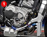 ①直列4気筒エンジンをアルミツインスパーフレームに搭載する構成は、国産車と同様である。ボア・ストロークの80×49.7mmはこのクラスで最もショートストローク。燃料噴射装置はデトルト製で、マフラーはアクラポヴィッチだ