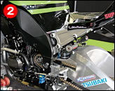 ②前後サスはショーワ。減衰力調整機構が調整しやすい位置に設けられ、プリロード調整も油圧式リモコン式である