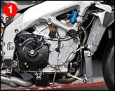 ①基本車のRSV4ファクトリーには、エンジン搭載高、キャスター角、ピボット高の調整機構が備えられ、最終戦を走ったマシンはエンジン位置が標準より5mm低くなっていた。また、最終戦では下側に補強を持つ逆トラス型スイングアームが試されていたが、翌日の試乗会では正トラス型に戻された