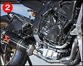 ②SSPではエンジンはカムシャフトの交換が可能。フレームはノーマルで、マフラーはアクラポヴィッチだ