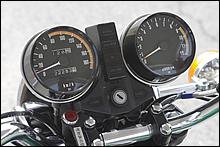 威風堂々のメーターデザインは、同年代の国内フラッグシップZ750F/A5あたりとほぼ同じだ。輸出モデルとの関連性で、昭和の遺産「速度警告灯」は外部取り付けを採用した。