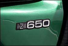 サイドカバーには誇らしげにZ650のエンブレムが貼付される。Z750/Z650/KH400/KH250等など、当時の力ワサキはダイキャストタイプのモデルエンブレムを好んで採用した。