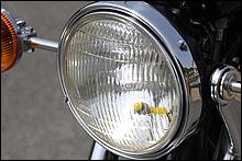 兄貴分と同じφ180mmのスタンレー電子製ヘッドランプを採用。仕向地によってシールドビームとバルブ交換可能なタイプを使い分けていた。スモールランプの黄色はお約束だ。