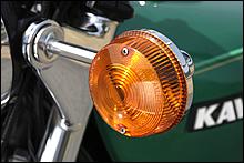 1971年以前はいわゆるタマゴ型ウインカーが主流だった力ワサキだが、71年登場のH1-B/H2を皮切りに、安全性向上のため視認性が高い大型ランプを採用するようになった。