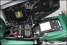 抜群のコンディションはシートボトムの鉄板からも理解できる。残念ながら、Z1/Z2のようにシートカウルには引き出しが無く、フェンダー上部に書類のみ入るフタが付く。