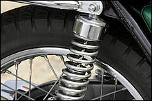 ザッパー時代に入るとサイドリフレクターを持たないリアショックを採用するようになったカワサキ。Z2よりも短いカヤバ製リアショックを採用。カヤバ製は高評価だった。