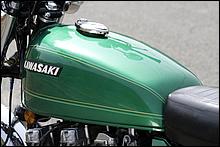 77年型イヤーモデルとして前年9月からデリバリーされている関係で、タンクグラフィックは初代KZ1000やZ2/A5と同タイプのグラフィックを採用している。