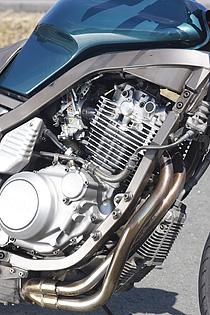 当初の400ccからAAAで購入した600ccのコンプリートエンジンに換装。キビキビ走りたい通勤も、余裕を持って走りたいツーリングもこなせるパフォーマンスがある。
