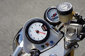 純正のスピードとタコメーターの関係を逆転し、タコはスタック製に換えられているが、メーターパネルはスタンダードのまま。このデザイン、レイアウトもSRXの特徴だ。