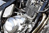 カバー類は、エンジンに付けたまま行ったため磨き残しはあるが、それがかえって純正高品質仕上げ風の雰囲気を醸し出している。