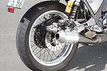 リム幅は3インチで、純正より1サイズ細い120/80-18サイズのタイヤを装着。スポークはSR用を加工して利用している。