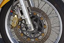 2.5×18ホイールと90/90-18タイヤにより、メーカーのモデルチェンジを逆行するモディファイで、元来SRXが持つ操縦性を再現。あの当時は、どんなバイクでもとにかく17インチ&ラジアルな時代だった。