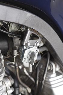 SRX純正燃料コック(負圧式)のダイヤフラムが欠品のようなので、TDM用の重力落下式コックに変更した。インマニの負圧取り出し部は塞いでおく。