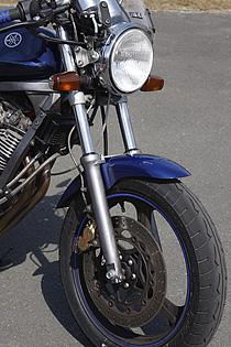Ⅱ型で17インチ化されたホイールに合わせてブレーキも大径化。ブレンボキャリパーはヤマハ純正のヤマンボだ。