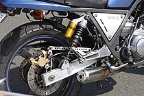 2本サスを受けるマウントまで溶接された、Ⅳ型ベースのスぺシャルアルミスイングアームはki-man's製。ショートタイプのマフラーはWM製で、サイレンサー内に消音バッフルを追加。