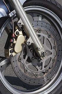 古いバイクだけに、チューニングやカスタムより先に基本的なコンディションを回復することが大切。キャリパーOHやベアリングのグリスアップで、走って止まる基本動作がスムーズにできるようになる。