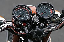 スピードメーターのフルスケールはナント160km/h!! レッドゾーンは1万rpm!! このバイクの性能が伊達じゃないことを予感させるコックピット。速度警告灯はシャレです。