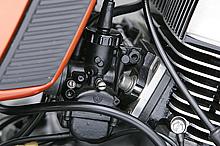 ブラックアウトのキャブレターはTK気化器製。マウント部分はフランジ固定式でシリンダーとキャブレターの間にはヤマハ2スト技術の結晶とも言えるリードバルブが付く。