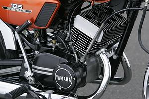 ヤマハが誇る空冷2ストパラツインエンジンの称号「RD」の名を冠るRD125。AX125まではピストンバルブエンジンだったが、RDになりリードバルブ付きエンジンを搭載。ブラックペイントとマシニング面のシルバーが織り成すデザインは、ゴージャスそのものである。絶好調なこのマシンは、当日の参加者誰もが認める「最速バイク」だった。トップスピードはファイナル変更済で130km/hオーバー!?(未確認)