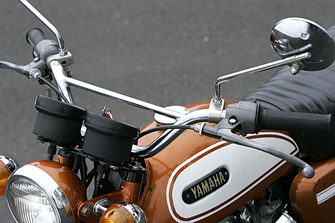 HS-1およびHS90の純正ハンドルはブリッジ付きのオフ車系ハンドルが標準だった。このハンドル以外にオプションでローハンドルとアップハンドルが用意されていた。