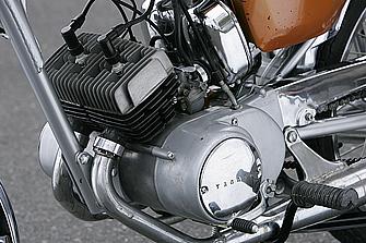 基本的にHS-1と同じ90ccパラツインエンジンを搭載。しかし、ポイントベースおよび一発電系部品にはAS-2タイプのデザインを採用している。ボアφ36.5mm!! 小さい!!