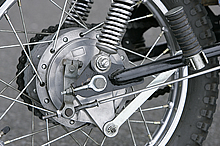後輪は14インチを採用。初期型はリアのドラムブレーキパネルを支えるトルクロッドが短く、スイングアームの中央付近にマウントがあるのが特徴である。