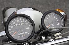 大きなスピードメーターと小さなタコメーターが並ぶコックピット。シンプルで視認性に優れる。レーサーにする時はもちろん外す。