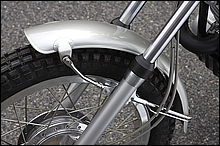 純正フロントフェンダーはアルミ、リアは鉄製である。アップフェンダーにするだけでも雰囲気は出るが、ホイールを21インチに換装すれば、走りの性能もUPする。