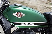 鋭いエッヂの効いたタンクデザインは60年代のスズキデザイン。