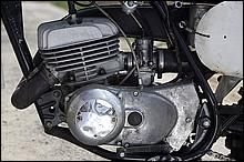 エンジンのボア・ストロークはDT-1と同じ70mmX64mm。最高出力は18.5PSだった。「タンタンタンッ」とアイドリングするエンジンのサウンド、大きな冷却フィンを持つ空冷エンジンの形は、この時代のマシンの大きな魅力のひとつといって良いだろう。