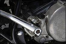 キックアームのストッパーはハスラー独特の形状。250ccといえども、ケッチンを食らえばそれなりに痛い思いをするから注意。