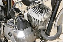 吸入方式にロータリーバルブを採用する。シリンダーは貴重なワークス用をセット。