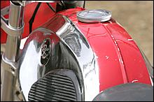 独特の曲線を描くガソリンタンク。このカタチがたまらない、というBSファンは多い。