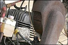 吸入方式はロータリーバルブのため吸入エアはエンジン右サイドへ導かれる。巨大なエアクリーナーは見た目のインパクト大。