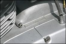クランクケースには「F81E」で始まるエンジン番号が刻印される。