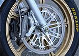 前後ホイールはJB-POWERマグ鍛JB1で、フロントサイズは3.00-18。タイヤはダンロップα11で110/80ZR18。ブレーキはφ320mmのJB-POWER鋳鉄ディスクと、ラジアルマウント6potの組み合わせ。
