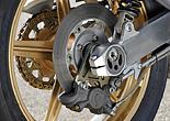 リアホイールも当然マグ鍛で、サイズは4.00-18。価格は前後セットで税抜き35万円。タイヤサイズは150/70ZR18だ。