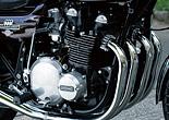 世界最高性能を目指したエンジンは、最高の品質を備えていた。クランクベアリングにローラー、コンロッドのビッグエンドにニードルローラーベアリングを用いたのは、ともにプレーンメタルだったCBとの大きな違い。さらにZ1はカムシャフトもメタル支持だった。そうした設計が過剰品質と評される原因となるが、そのおかげで多くのZ1エンジンが壊滅的ダメージを受けることなく生き残ることができた。ちなみに1973年当時、日本国内でZ2のライバルといえばホンダCB750Four、ヤマハTX750、スズキGT750、カワサキ750SSという面々。CBはともかく他の機種を見れば、いかにZの残存数が多いかが理解できるだろう。