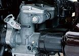 キャブは強制開閉式のミクニVM28。Z2も初期はVM28で、後にVM26へと小径化。また、Z2初期のガバナーはZ1と共通で、これも後に国内専用のZ2用パーツとなった。