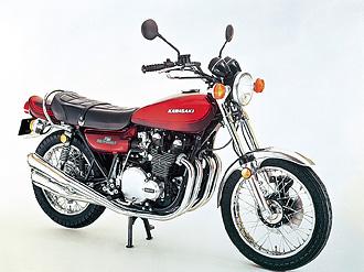 北米市場向けに先行発売され、爆発的なオーダーを受けた900スパ-4/Z1のボア×ストロークを66x66mm/903ccから64x58mm/746ccにスケールダウンし「750cc規制枠内」で国内販売された初代Z2。Z1との共通性は極めて高く、Z2は固定ステップ式でステップラバーはW3と共通。シートベルトはEU向けと共通だった。通称「火の玉」カラーだ。