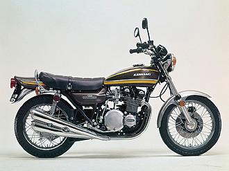 74年モデルとして登場した通称タイガーカラー。輪出仕様Z1-Aとの最大の違いは、ブラックアウトのエンジン仕様であることだ。初代シリーズは初期型から最終モデルのZ750F/D1までブラックエンジンだった。同年の輪出仕様Z1にはオレンジタイガーカラーがあり、70年代当時、輪出車部番を知り得たユーザーが、オレンジ外装にしていた例もあった。