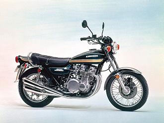1975年モデルとして登場したZ1-B。Z1シリーズは初期型のみブラックエンジンだったが、Z1-A以降はKZ1000Mk-II が登場するまでアルミ地肌のシルバーエンジンを採用していた。Z1-Aと同タイプのグラフィックを採用しながら、地味なマルーン(茶色)とブルーにカラーチェンジされた。この75年型のカラーリングは、通称「玉虫カラー」と呼ばれている。