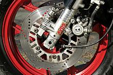 D3までのアンチノーズダイブは機械式だが、D4では電気式に。同時にブレーキも1POTから2POTへと変更される。