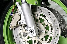 400ccクラスでアップサイドダウン=倒立式フロントフォークが採用され始めたのもこの時代から。カワサキはライバルよりも豪華装備だった。