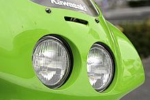 小型の丸型デュアルヘッドランプを採用したレーサーレプリカは多かった。ハーフライト仕様にすれば、ゼッケンスペースを確保することができる。